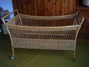 lire une petite annonce propose vendre meuble lit bebe en rotin. Black Bedroom Furniture Sets. Home Design Ideas
